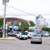 Larga fila de carros en una estación de gasolina en Valledupar.