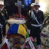 Honras fúnebres ofrecidas por uniformados de la Policía Metropolitana de B/quilla al policía José Miguel Tolentino Romero.