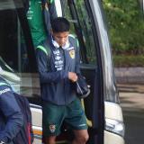 Los jugadores de Bolivía bajan del bus para llegar al sitio de concentración en Brasil.