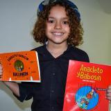 Sebastián posa con dos de sus cuentos.