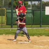 Un menor se dispone a batear en uno de los partidos de béisbol.