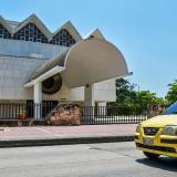 Un taxi transita frente al Bien de Interés Cultural Nacional teatro Amira de la Rosa, en Barranquilla.