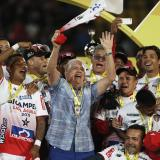 El técnico Julio Avelino Comesaña festejando con sus jugadores la novena estrella del Junior.
