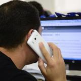 Un usuario de una compañía de telefonía móvil realiza una llamada.