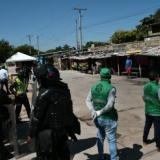 En video | Desalojan a 13 familias y nueve negocios en el centro de Barranquilla
