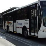 Un bus de Transmetro en tránsito.