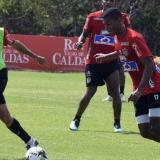 Fabián Sambueza marcando a Gabriel Fuentes durante la práctica de este miércoles en la sede de Sabanilla.