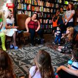 Drag queens leen cuentos a niños y promueven mensaje de aceptación