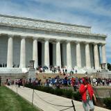 Cientos de visitantes provenientes de diferentes países, llegan cada día al Monumento a Lincoln.