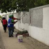 Funcionarios de Edumas pintan las paredes, donde antes había avisos con fines políticos.