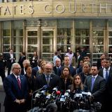 Fiscales hablan fuera del Tribunal Federal de Brooklyn.
