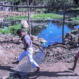Niños juegan en la proximidad del agua empozada.