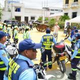 Los agentes de tránsito reunidos en la plaza de Soledad con el alcalde Joao Herrera.