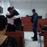 Osnaider Salas se despide de su abogado en la audiencia llevada a cabo en el Centro de Servicios.