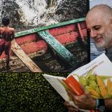El chef Álex Quessep y el libro 'Atlántico sabe rico'.