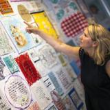 La artista textil Diana Weymar señala algunas de sus piezas.