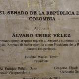 RAE asegura que placa de Ernesto Macías a Uribe tiene un error ortográfico