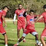 Fuentes realiza un ejercicio recreativo en la práctica, junto a Cantillo, Hinestroza, Murillo y Hernández.