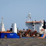 Draga 'Lelystad' removiendo sedimentos de Bocas de Ceniza.