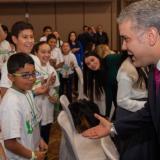 Duque saluda a niños previo a la cumbre de gobernadores que se cumplió ayer en Tunja.