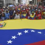 """Chavistas marchan en rechazo al """"bloqueo"""" de EEUU contra el gobierno de Maduro"""