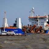 Embarcación 'Lelystad'  dragando el sector de Bocas de Ceniza.