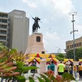 La estatua ecuestre de El Libertador se viste con los colores de la bandera