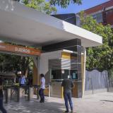 Estudiantes ingresando a la Universidad Autónoma del Caribe.
