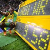 En esta foto de archivo tomada el 16 de agosto de 2009, Usain Bolt, de Jamaica, celebra ganar la carrera final de 100 metros masculinos del Campeonato Mundial de Atletismo IAAF 2009, por delante del estadounidense Tyson Gay, en Berlín.