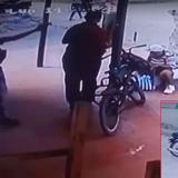 En imágenes de video quedó grabado el instante que un hombre se acerca y dispara contra Rosales Cruz.
