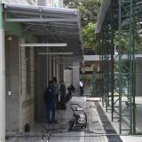 En la nueva sede se observan trabajadores en labores de limpieza de los salones y patios.