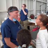 El doctor Thomas jugó con Daniela Marentes, de 11 años, mientras la atiende.