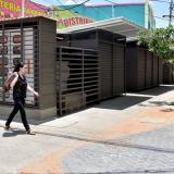Una transeúnte pasa por la esquina de los modulares ubicados en la carrera 42 entre calles 30 y 32.