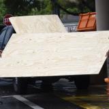 Personas se abastecen de herramientas para proteger sus casas y esperar el paso del huracán.