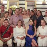 El gobernador Dumek Turbay y la directora de Icultur, Lucy Espinosa, rodeados de hoteleros de Mompox.