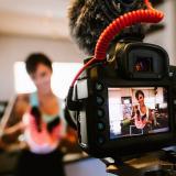 Una mujer realiza la grabación de su blog de ejercicios que publica en sus redes sociales.