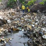 Extraen dos toneladas de basuras del río Manzanares