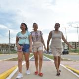 Tres mujeres pasean por la avenida Emiliano Zuleta Baquero de Valledupar.