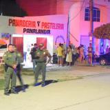 Los hombres activaron el artefacto cuando pasaban frente a la panadería 'Panalandia'.