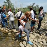 Ciudadanos venezolanos atraviesan una trocha en jurisdicción del Estado Táchira.