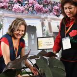 Yolanda Cardozo y Martha Yepes de Certain  participan del montaje del evento.