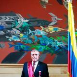 El actor Rodrigo Obregón con el fondo de 'Tres cordilleras y dos océanos', obra de Alejandro Obregon.