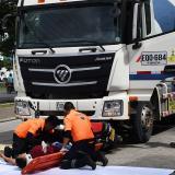 Dos socorristas realizan un simulacro sobre el accidente de un motociclista.
