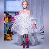 Una niña con las dos piernas amputadas desfila en la Semana de la Moda de  París