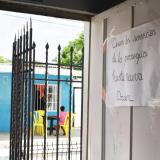 Un letrero anuncia la clausura de las actividades religiosas en la capilla San Pedro Claver, justo en frente de la cantina de Gollo.