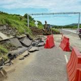 Así quedó el tramo vial por el deslizamiento del talud. Autoridades recomiendan transitar con precaución.