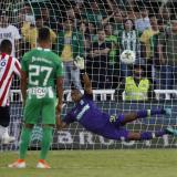 Narváez anota de penal el gol del triunfo ante Nacional.
