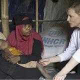 La actriz habla con Jhura, una mujer que huyó de Myanmar con sus dos hijos.
