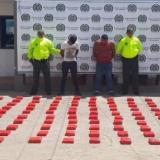 La carga de marihuana y los dos capturados.