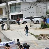 La fotografía capta el momento en que los encapuchados lanzaban piedras contra el comando de Elsa Noguera.